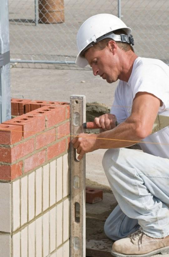 Описание: Проверка стены на отсутствие отклонений по горизонтали и вертикали